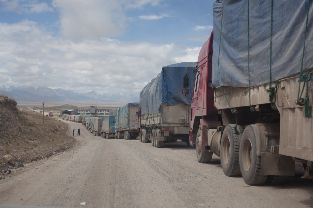 Trucks waiting in front of the Kyrgyz border post at Torugart-Pass. © 2013 Martin Saxer